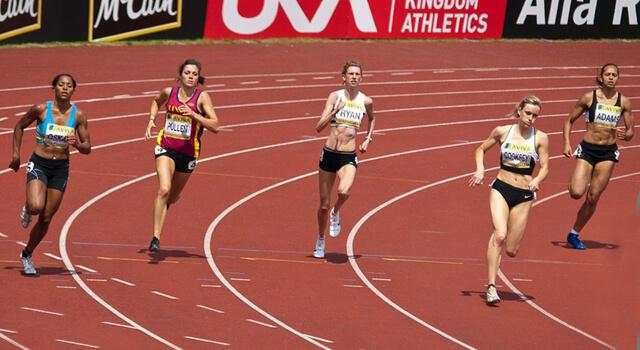 почему спортсмены бегают против часовой стрелки