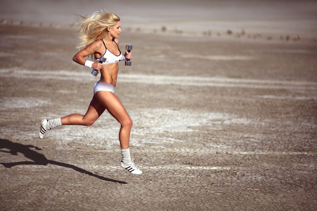 бег с гантелями в руках