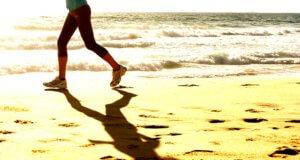 бегать по песку