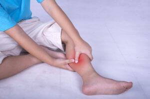 при ходьбе сводит ноги в икрах